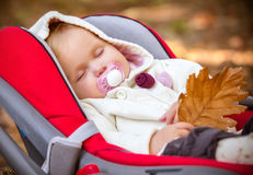 El dormir hermoso del beb? del oto?o. fotografía de archivo