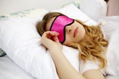 El dormir hermoso joven de la mujer Foto de archivo libre de regalías