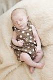 El dormir hermoso recién nacido Fotografía de archivo