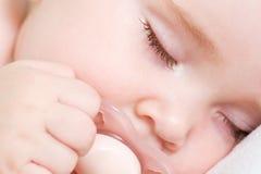 El dormir hermoso recién nacido del bebé fotografía de archivo