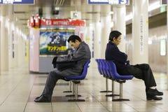 El dormir japonés del hombre de negocios Foto de archivo libre de regalías