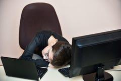 El dormir joven cansado del muchacho Imagenes de archivo