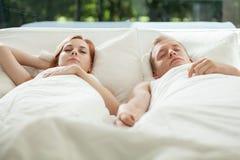 El dormir joven de los pares Fotografía de archivo libre de regalías