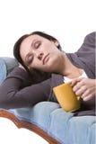 El dormir lindo con estilo en el sofá Foto de archivo libre de regalías