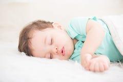 El dormir lindo del bebé fotografía de archivo libre de regalías