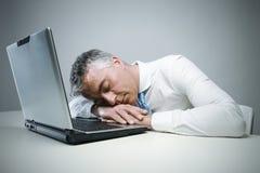 El dormir maduro del hombre de negocios Fotografía de archivo libre de regalías