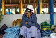 El dormir mayor ind?gena de la mujer fotos de archivo