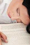 El dormir mientras que aprende Imagen de archivo libre de regalías
