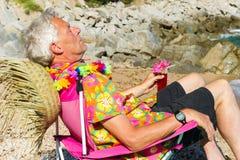 El dormir mientras que teniendo vacaciones en la playa Imagenes de archivo