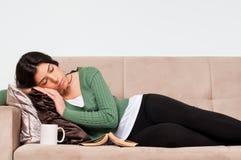 El dormir - muchacha de reclinación Imagenes de archivo