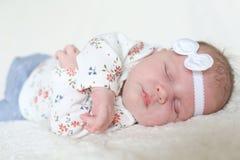 El dormir precioso 1 mes de bebé Fotografía de archivo