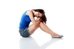 El dormir que se sienta de la muchacha Imagen de archivo libre de regalías