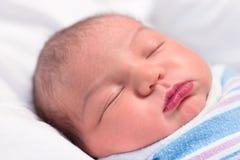 El dormir recién nacido Imagen de archivo