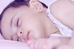 El dormir recién nacido de la muchacha imagen de archivo libre de regalías