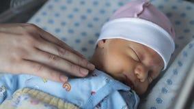 El dormir recién nacido del bebé