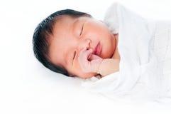 El dormir recién nacido del bebé Imagenes de archivo