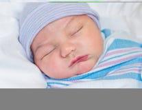El dormir recién nacido en hospital Imagen de archivo libre de regalías