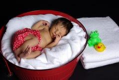 El dormir recién nacido en tina imagenes de archivo