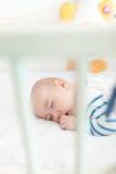 El dormir recién nacido lindo Fotografía de archivo libre de regalías