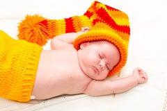 El dormir recién nacido lindo del bebé Pequeño retrato dulce del bebé Utilice la foto para representar vida, parenting o niñez fotos de archivo