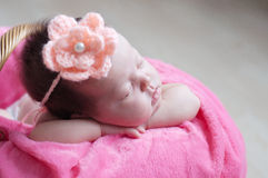 El dormir recién nacido Primer infantil del bebé que miente en la manta rosada en cesta Retrato lindo del nuevo niño Foto de archivo libre de regalías