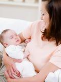 El dormir recién nacido en la mano de la mujer Fotos de archivo