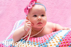 El dormir recién nacido lindo del bebé Pequeño retrato dulce del bebé Utilice la foto para representar vida, parenting o niñez Foto de archivo