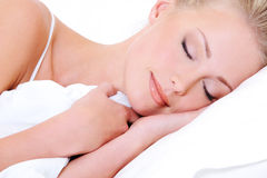 El dormir rubio hermoso de la mujer Fotografía de archivo