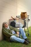 El dormir sin hogar del hombre Fotos de archivo libres de regalías