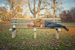 El dormir sin hogar del hombre Imagenes de archivo