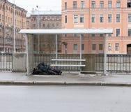El dormir sin hogar del hombre Fotografía de archivo libre de regalías