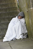 El dormir sin hogar del hombre áspero Imagen de archivo libre de regalías
