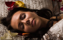 El dormir trigueno sexual en una cama Fotos de archivo