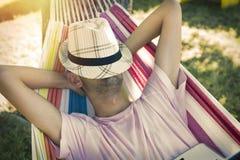 El dormir y reclinación jovenes Imagenes de archivo
