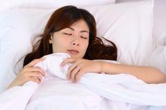 El dormir y relajación asiáticos del adolescente de la mujer foto de archivo libre de regalías
