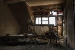 El dormitorio abandonado de la mansión en Europa imagenes de archivo