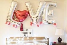 El dormitorio de la celebración del ` s de la tarjeta del día de San Valentín adornó los globos Fotos de archivo libres de regalías