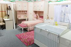 El dormitorio del bebé en colores en colores pastel Imagenes de archivo