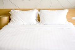 El dormitorio del tema del blanco y del color del roble Fotografía de archivo libre de regalías