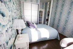 El dormitorio en el estilo de Provence en azul y lila colorea el interior moderno brillante Fotos de archivo libres de regalías