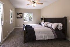 El dormitorio principal con la alfombra y la cama oscuras hizo a San Diego California fotos de archivo libres de regalías