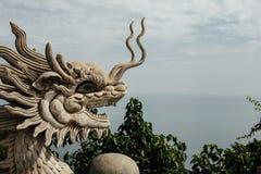 El dragón asiático hizo de las piedras blancas en un fondo el mar imagenes de archivo