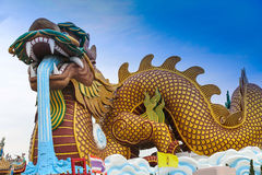 El dragón chino gigantesco en la ciudad de China, en el cielo azul imágenes de archivo libres de regalías