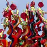 El dragón colorido juega para los niños en festival del Año Nuevo de China Bangkok, Tailandia Foto de archivo