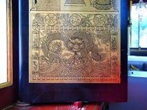 El dragón de oro en templo antiguo tailandés Imágenes de archivo libres de regalías