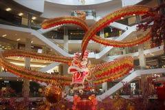 El dragón de 600 pies de largo majestuoso exhibe maravillosamente en el pabellón Kuala Lumpur Malaysia 'dragón que persigue la pe imagenes de archivo