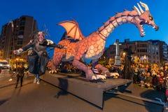 El dragón durante el desfile en ocasión del banquete de San Jorge y del dragón fotos de archivo libres de regalías