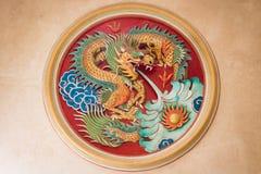 El dragón está escupiendo el agua para parar el fuego Imagen de archivo