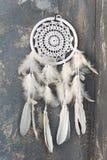 El dreamcatcher blanco se cierra para arriba en fondo texturizado gris oscuro fotografía de archivo libre de regalías