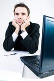 El dremaing de pensamiento del hombre de negocios en su oficina del trabajo Fotos de archivo